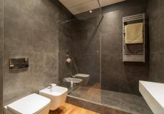 mieszkanie wrocław, łazienka - kabina prysznicowa i toaleta (osiedle Lokum Wojszyce)