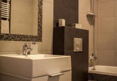 mieszkanie wzorcowe, łazienka - umywalka i wanna z prysznicem (Lokum da Vinci)